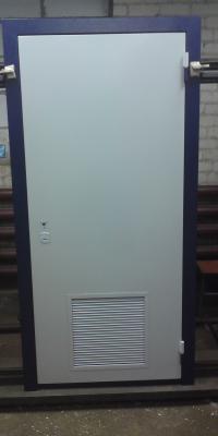 Дверь с вентилируемой решеткой