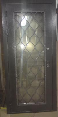 Дверь с кованной решеткой и стеклопакетом